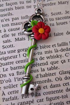 Collier fantaisie en Fimo clé en métal, fleur et feuillage