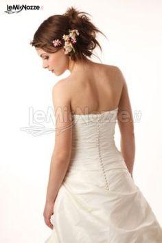 http://www.lemienozze.it/operatori-matrimonio/trucco_e_acconciatura/make-up-sposa-treviso/media/foto/5 Acconciatura sposa con capelli raccolti e fiori applicati. Clicca per guardare tantissime altre immagini di acconciature sposa >> http://www.lemienozze.it/operatori-matrimonio/trucco_e_acconciatura/make-up-sposa-treviso/media/foto/5