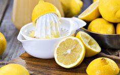 Zitronensaft verleiht dem Haar einen schönen Glanz und bringt es zum Strahlen. Für die optimale Pflege kann man einfach eine Zitrone auspressen und den Saft als Spülung verwenden. Mit ein paar weiteren Zutaten wird aber auch eine tolle Haarkur daraus. Rezept für Haarkur mit Zitrone Für eine sanfte Haarkur den Saft einer Zitrone mit 3 TL Sojaöl und 4 EL süsser Sahne vermischen. Nach der Haarwäsche in die Haare einmassieren. Die Packung 15 Minuten einwirken lassen und anschliessend mit etwas…