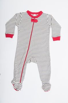 Nino Bambino's 100% organic cotton Printed Long Sleeve Side Zipper Romper is made out of super soft Organic  Interlock Fabric. These Organic Cotton Baby Clothes have a zipped front opening and also a backing for the zip on the inside of the garment. This makes it safe for the baby as the zipper is prevented from catching the baby's skin and really easy and quick for the parents to change their diapers.Since these are made out of Organic Cotton, these baby clohes  are great for the chi