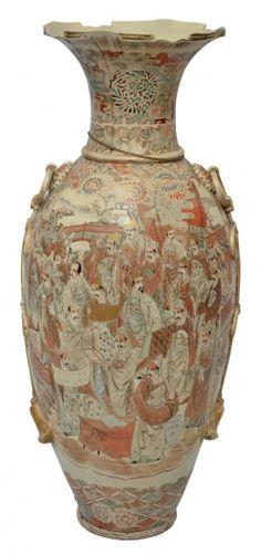 SATSUMA - Antigo vaso palaciano em porcelana japonesa, circa 1900, com rica policromia e aplicações