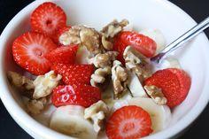 Magere yoghurt, aardbei, banaan, walnoten
