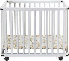 Das Laufgitter aus massiver Buche in Weiß schützt Ihr Kind! Der Laufstall für Ihr Baby ist höhenverstellbar und verfügt über 4 Rollen mit praktischer Stoppfunktion. Mit den Maßen von ca. 75 x 100 cm (B x L) bietet dieses Laufgitter von MYBABY Ihrem Kind geschützte Bewegungsfreiheit zum Spielen und für die ersten Schritte!