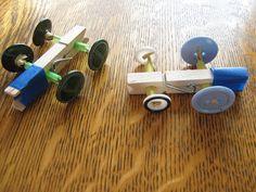 Maak sneller racewagens met wat knopen en wasknijpers.  (www.opvoedproducten.nl)