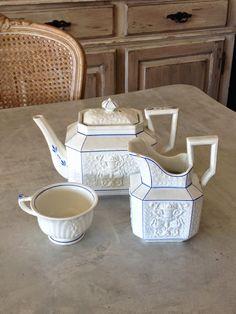 フランス アンティーク 食器と雑貨 Grenier i-Deco OnLine Shop グルニエ・イデコ : Choisy ショワジーの美しいレリーフ ティーポットとミルクポット