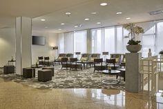 Sitzbereich in der Lobby des H+ Hotel Wiesbaden Niedernhausen - freundlich, hell und bequem!