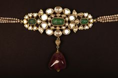 Uncut diamond and emerald armlet can also be used as choker Antique Jewellery Designs, Antique Jewelry, Vintage Jewelry, Jewelry Design, Emerald Jewelry, Gold Jewelry, Jewelery, Stylish Jewelry, Fashion Jewelry