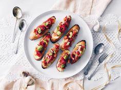 Essayez notre recette de crostinis aux patates douces, oignons rouges marinés et fromage; une entrée parfaite et simple pour Noël.