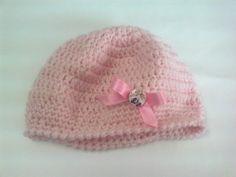 Cappello a uncinetto da bambina con fiocchetto in lana