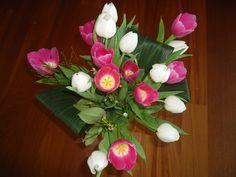 het voorjaar in huis gehaald, 2 kleuren tulpen bij bladeren die ik nog had. Een soort recyclen dus ;)