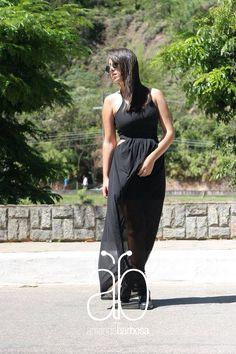 Urbano, atual e cheio de estilo, o vestido com recortes e transparência é desejo para qualquer fashionista. Do acervo Booh Brasil por Luccas Pereira Fotógrafo — em Lago de Javary