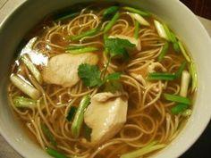 Soupe de poulet, nouilles chinoises, ciboule, gingembre & coriandre