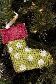 Burlap Christmas ornaments, too cute!