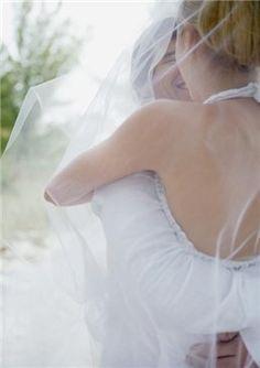 Dos novios ríen tras su boda