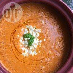 Maissuppe mit Paprika -  Eine dicke Sommersuppe mit frischem Mais, gerösteter Paprika und Bailikum. Ich geb gerne auch noch etwas Harissa Öl darauf, aber das muss nicht sein.@ de.allrecipes.com