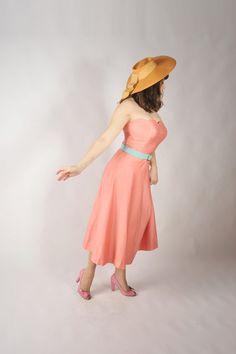 cinto menta con vestido coral