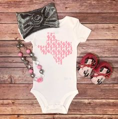 > All onesies / Kids tees Most are printed on unisex bella canvas, kiddy kats, or rabbit skin brand tees. & are printed on onesies instead of tees. Baby Girl Fashion, Toddler Fashion, Kids Fashion, Fashion Clothes, Girl Onsies, Onesies, Newborn Onsies, Cute Girl Outfits, Kids Outfits