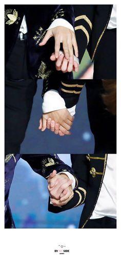 When BTS holds hands to bow that is when the shipping starts Namjoon, Taehyung 2016, Seokjin, Hoseok, Taekook, V Bts Cute, I Love Bts, Vmin, Yoonmin