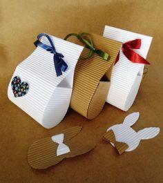 Bolsinha de papel micro ondulado com coração de tecido e amarração com fita de cetim.