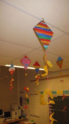 Vlieger: krijt- katoenen draad -papier groep 4 Summer Art Projects, Spring Crafts For Kids, Summer Crafts, Art For Kids, Daycare Crafts, Toddler Crafts, Preschool Crafts, Stall Decorations, School Decorations