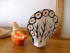 以前から少しずつ日本民芸のコレクッションをしています。昨日、去年11月に注文した宮島張子が届きました。手前の2つです。ネットで見つけたとき、一目惚れしました。宮島の作家田中司郎さんの作品です。色づかいが華やかで、とても素敵です。黒い孔雀とオレンジ色のシギ。ダルマのように揺らしても...