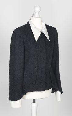 Chanel Auktion Lot 156: Chanel Blazer, schwarzer Boucléstoff, französische Größe 38 (entspricht deutscher Größe 36), Länge Rücken 70 cm, Ärmellänge außen ca. 58 cm. Mehr Information auf der Website