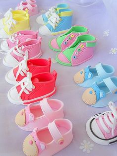 Excellent step-by-step photo tutorial: How to make fondant baby converse shoes. of fondant is equal to 2 cups) Fondant Toppers, Bolo Fondant, Fondant Cakes, Cupcake Cakes, Bear Cupcakes, Yummy Cupcakes, Baby Shower Cakes, Baby Cakes, Fondant Baby Shoes
