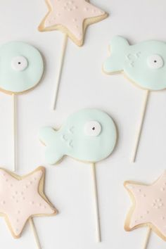 i used to love the little mermaid!... maybe i still do... anyway here are some cute mermaid cookies i made last week.. they were designed to...