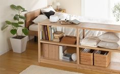 こんな感じで低めのシェルフで区切りを作っても素敵。 木目家具は、ナチュラルなインテリアに合わせると雰囲気が出て良いですね。