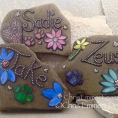 Mosaic pet memorial stones by Chris Emmert Design Mosaic Rocks, Pebble Mosaic, Stone Mosaic, Mosaic Garden Art, Mosaic Flower Pots, Painted Stepping Stones, Painted Rocks, Stone Crafts, Rock Crafts