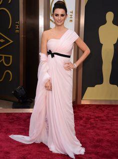 Gala de los Oscars 2014: Penélope Cruz con un vestido de Giambattista Valli Alta Costura asimétrico, de aire griego, con lazo negro debajo del pecho. Un elaborado moño alto y espectaculares joyas de Chopard completaban su look de Oscar.