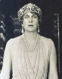 Fleur-de-Lys Tiara - Portrait of Queen Victoria Eugenie of Battenberg. In this photo she wears the Fleur-de-Lys Tiara and Queen Mercedes' Pearl Necklace. Royal Crown Jewels, Royal Crowns, Royal Tiaras, Royal Jewelry, Tiaras And Crowns, Princesa Victoria, Reine Victoria, Queen Victoria, Spanish Royalty