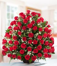 Exprese su amor enviándole a ese ser especial este majestuoso arreglo floral elaborado con rosas rojas y finos follajes. Incluye 100 rosas rojas finamente arregladas en una canasta típica.