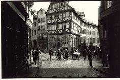 r Ur-Leica. Er selbst schoss dieses Foto vom Eisenmarkt in Wetzlar.