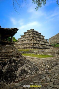 Pirámide de los Nichos en El Tajín, México -by Pablo Flores