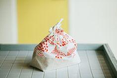 お弁当袋(巾着袋タイプ)の製図・型紙と作り方 Bottle Bag, Couture, Sewing, Fabric, Pattern, How To Make, Handmade, Crafts, Bags