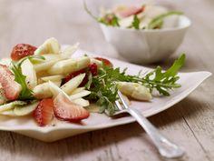 Pikante Überraschung: Das Königsgemüse und die roten Früchtchen auf einem Teller: Spargel-Rucola-Salat mit Erdbeeren und Vanille - smarter - Kalorien: 118 Kcal | Zeit: 45 min. #spargel #erdbeeren #spring