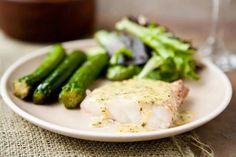 Para 4 personas Ingredientes: 4 filetes de pescado 4 cucharadas de mantequilla 2 dientes de ajo finamente picados ½ taza de vino blanco ¼ de taza de crema