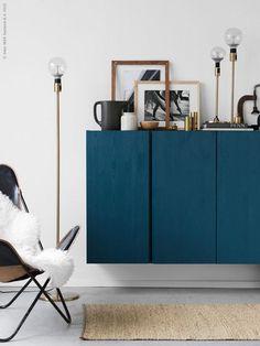 idée de salon avec rangement mural et meuble en couleur bleu canard