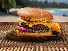 King's Hawaiian Maui Burger: A juicy hamburger covered in melted cheese and sweet pineapple with a wonderful Shichimi Aioli. It's not your average hamburger! Burger Dogs, Burger And Fries, Good Burger, Beef Recipes, Cooking Recipes, Hamburger Recipes, Kings Hawaiian, Tasty, Yummy Food