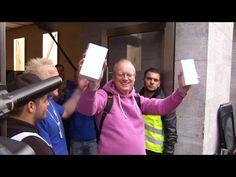 iPhone 6s Sale: Video-Impressionen aus Berlin - https://apfeleimer.de/2015/09/iphone-6s-sale-video-impressionen-aus-berlin - Dass man sich über sein neues iPhone 6s wie ein kleines Kind an Weihnachten freuen kann, zeigt uns der Protagonist im folgenden Video. Dieser scheint sich dermaßen über sein neue iPhone 6s Modell zu freuen, dass er die freundliche Apple-Mitarbeiterin direkt in die Arme schließt und seine Tränen f...