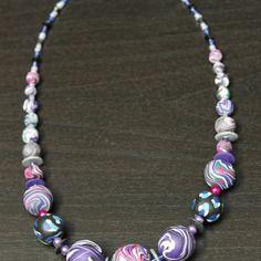Collier en fimo violet sur cable acier
