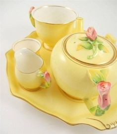 Tea Time set a Vintage Grimwades Royal Winton England Yellow Rosebud Finial Breakfast Tea Set Vintage Dishes, Vintage China, Vintage Teacups, Tea Cup Saucer, Tea Cups, Café Chocolate, Yellow Cottage, Breakfast Tea, Teapots And Cups