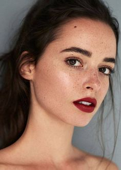 red lips, moist and minimal in the rest of the face - Make Up/ Beauty - Skin Care Beauty Make-up, Beauty Hacks, Hair Beauty, Beauty Style, Beauty Girls, Red Lip Makeup, Hair Makeup, Freckles Makeup, Glow Makeup