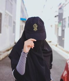 Uploaded by Muslimah girl. Find images and videos on We Heart It - the app to get lost in what you love. Stylish Hijab, Casual Hijab Outfit, Hijab Chic, Hijab Niqab, Muslim Hijab, Hijabi Girl, Girl Hijab, Girl Photo Poses, Girl Photography Poses