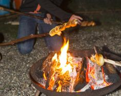 Dit moet je proberen, het is echt superlekker! Je eigen stokbrood bakken boven het vuur. Zo pak je het aan: Maak eerst een vuurtje op een veilige plek. Sprokkel droge takken, droog gras en dennenappels en maak een mooi gelijkmatig vuur. Het bakken gaat het best als de grote vlammen weg zijn en er een laagje gloeiende houtskool is ontstaan. Je moet dus even geduld hebben. Maar terwijl het vuur brandt, kun jij aan de slag met het deeg. Je hebt nodig: 100 gram tarwemeel (niet zelfrijzend) boter…