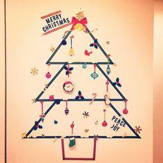 """最近世界中で話題の""""ウォールツリー""""って知っていますか?その名のとおり壁にツリーをつくるクリスマスツリーのことで場所がなくてツリーを飾れない人たちがこぞってやってるお洒落ツリーです♡ステッカーやマステ、小物などアイデア次第で自分好みのツリーをつくれるウォールツリーに注目*"""