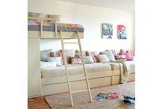 Ideas para un cuarto infantil compartido Esta es una buena opción para un dormitorio angosto, donde se puede utilizar el largo para armar el sector de descanso. Foto: Homedit.com
