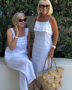 White linen dress and straw bag~tote Over 60 Fashion, Fashion Over 50, Fashion Tips, Fashion Fashion, Fashion Trends, Casual Dresses, Casual Outfits, Fashion Dresses, Summer Dresses