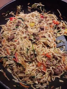 bami met gehakt (zonder pakjes of zakjes) Dutch Recipes, Wok, Japchae, Noodles, Curry, Food And Drink, Yummy Food, Healthy, Ethnic Recipes